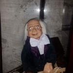 首を絞める人形